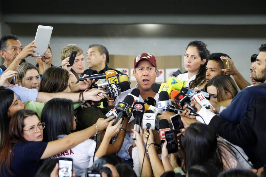 O candidato Henri Falcón, do partido Avanzada Progresista, fala à imprensa depois de votar durante a eleição presidencial em Barquisimeto, na Venezuela - 20/05/2018