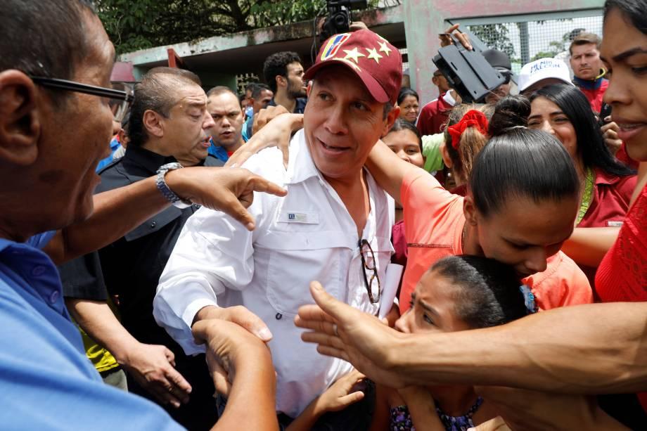 O candidato Henri Falcón, do partido Avanzada Progresista, cumprimenta partidários depois de votar durante a eleição presidencial em Barquisimeto, na Venezuela - 20/05/2018