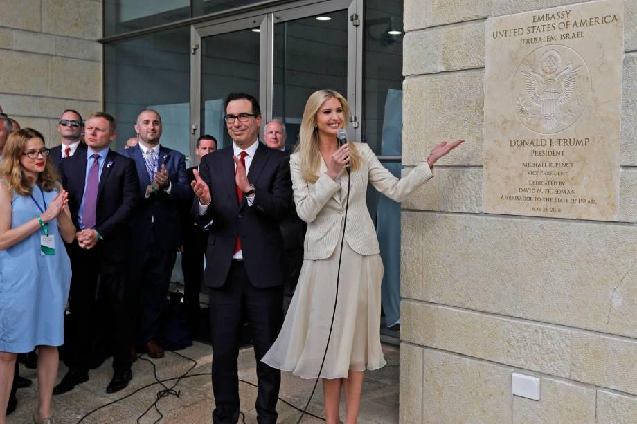 O secretário do Tesouro dos Estados Unidos, Steve Mnuchin, bate palmas ao lado da filha do presidente dos EUA, Ivanka Trump, enquanto ela mostra a placa de inauguração da embaixada dos EUA em Jerusalém - 14/05/2018
