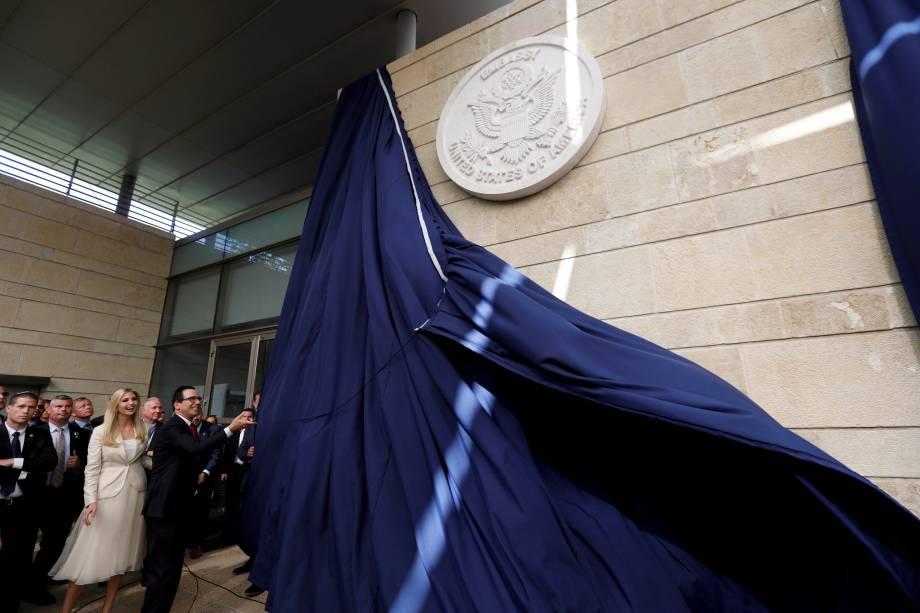 O secretário do Tesouro dos Estados Unidos, Steve Mnuchin e a filha do presidente dos EUA, Ivanka Trump, revelam a fachada do prédio durante a inauguração da embaixada dos EUA em Jerusalém - 14/05/2018