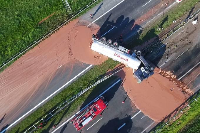 Caminhão com chocolate quente tomba em estrada na Polônia