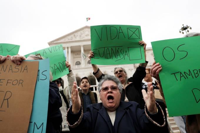 Protestos em Portugal contra a liberação da eutanásia