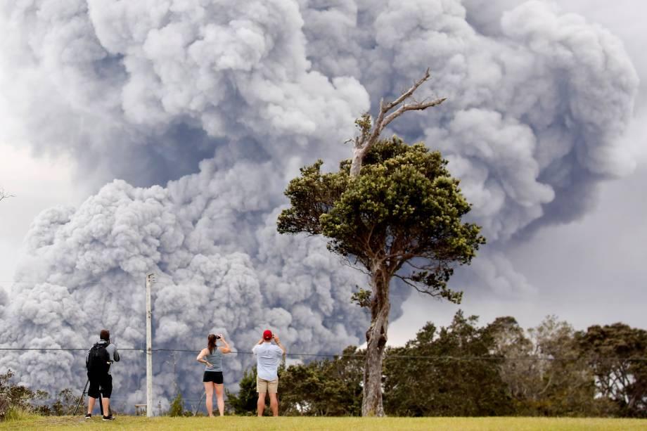 Pessoas observam cinzas expelidas durante a erupção do vulcão Kilauea, no Havaí - 15/05/2018