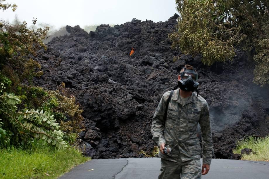 Soldado John Linzmeier da Guarda Nacional do Havaí se afasta de um aglomerado de lava que bloqueia a rodovia 137 em Pahoa - 20/05/2018