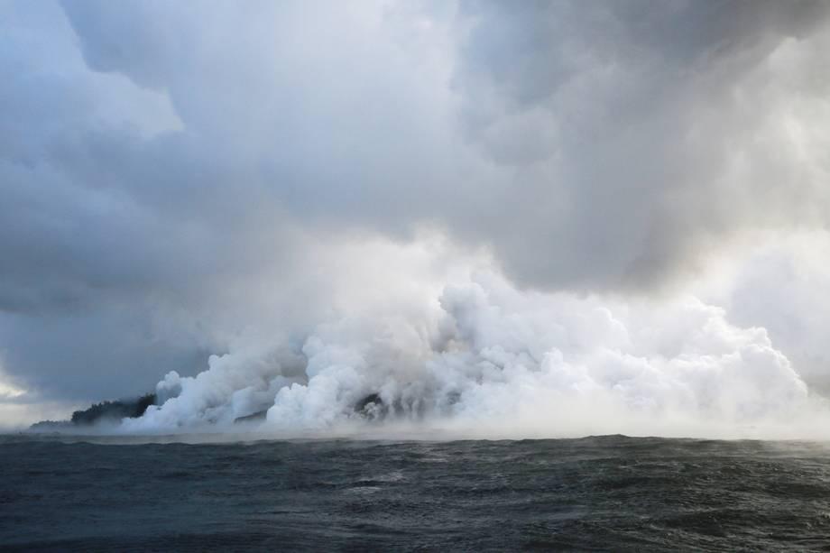 Fluxo de lava do vulcão Kilauea chega ao Oceano Pacífico no sudeste de Pahoa, Havaí - 20/05/2018