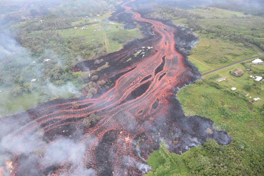 Vista aérea do fluxo de lava do vulcão Kilauea, Havaí - 19/05/2018