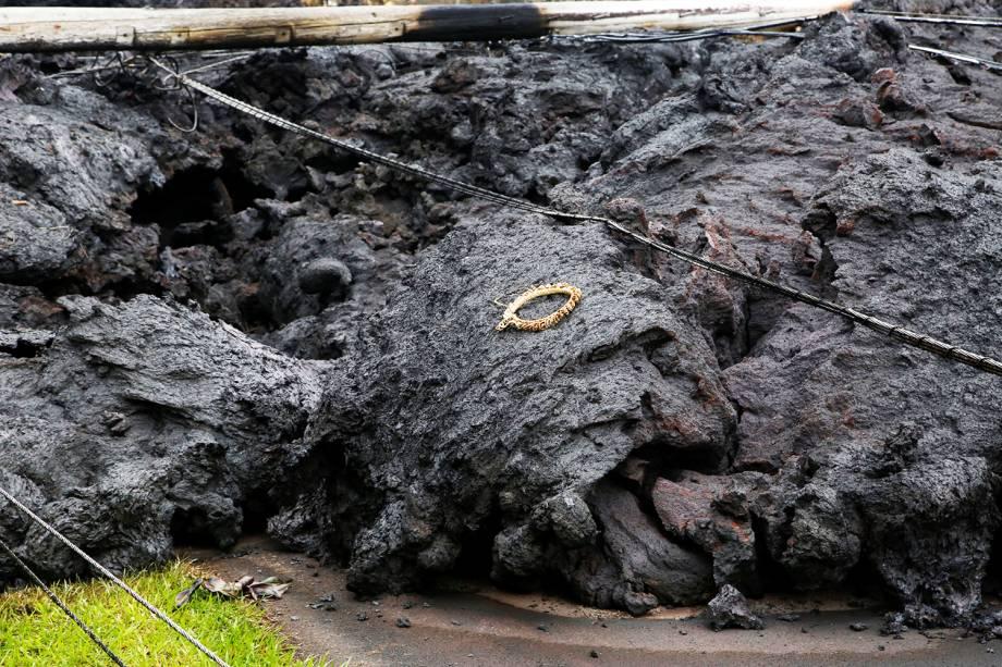 Coroa de flores é colocada sobre lava do vulcão Kilauea, no Havaí - 08/05/2018