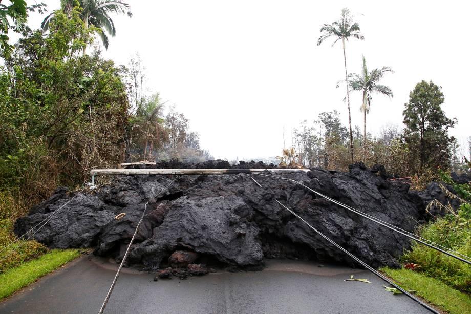 Lava do vulcão Kilauea e linhas de energia bloqueiam estrada no Havaí - 08/05/2018