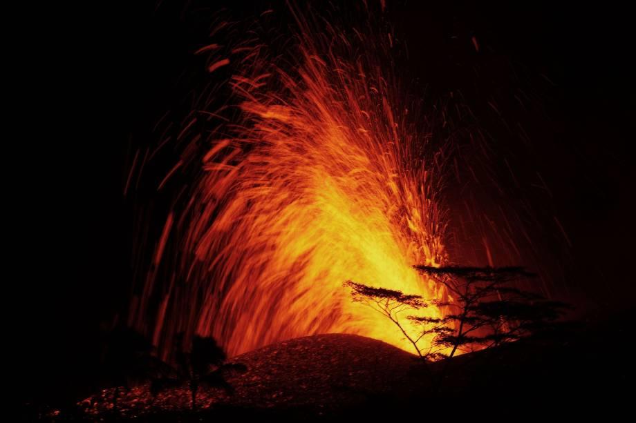 O Serviço Geológico dos EUA disse que o vulcão entrou em erupção explosivamente lançando uma nuvem a cerca de 30.000 pés no céu - 19/05/2018