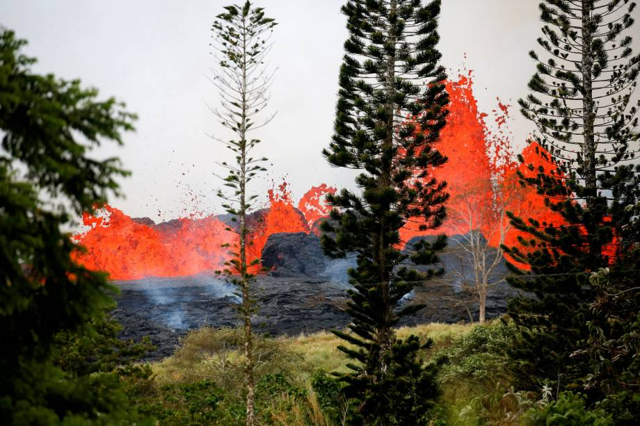 Lava irrompe nos arredores de Pahoa durante as contínuas erupções do vulcão Kilauea, no Havaí - 19/05/2018