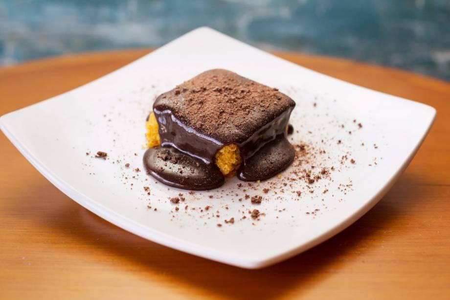 Jantar: Bolo de cenoura com calda de Ovomaltine na sobremesa