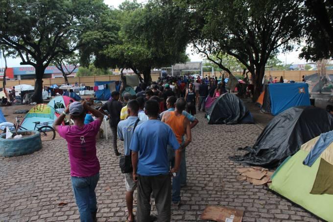 Venezuelanos na Praça Simón Bolivar, em Roraima
