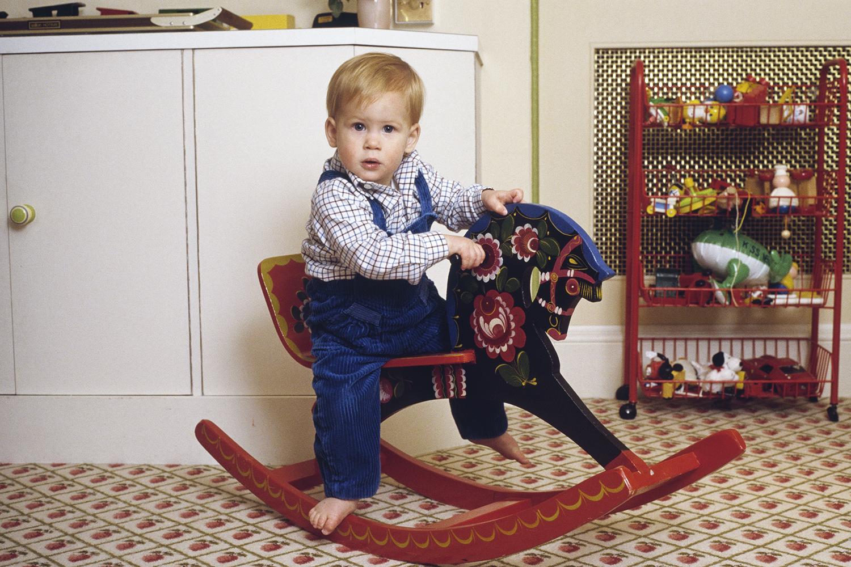 Príncipe Harry brinca em balanço em Londres - 22/10/1985
