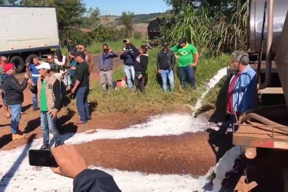 Produtores de Nova Prata do Iguaçu (PR) jogam leite fora
