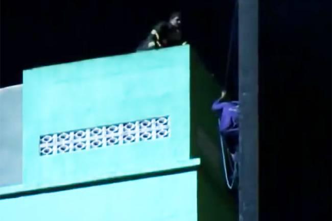 Tentativa de resgate de Ricardo Pinheiro, segundos antes do desabamento do edifício Wilton Paes de Almeida, em São Paulo (SP)