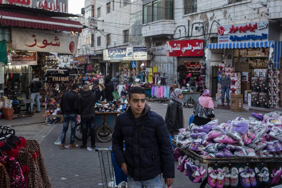 Rua comercial na cidade de Ramallah, próximo a Jerusalém - 17/01/2017
