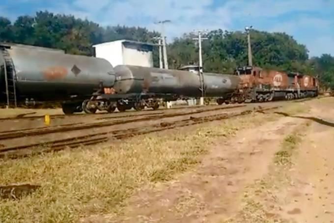 Trem carregado descarrilha em Bauru (SP)