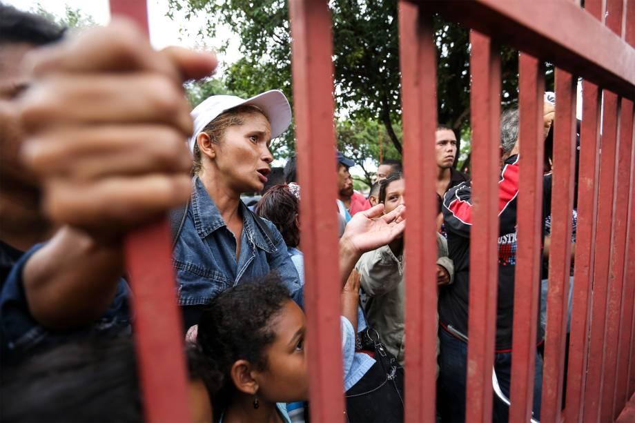 Imigrantes venezuelanos aguaram por vagas do lado de fora de um abrigo em Boa Vista, Roraima -
