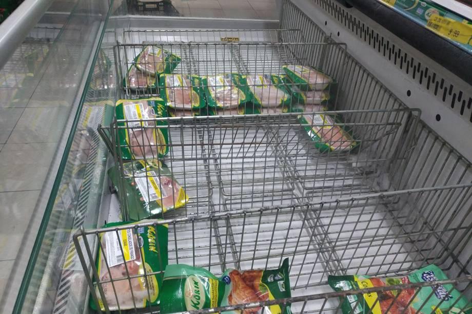 Supermercado em São Paulo apresenta prateleiras vazias com falta de produtos para reposição