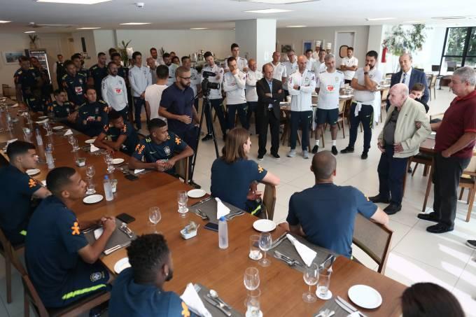 Zagallo visita seleção brasileira na Granja Comary