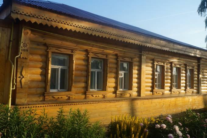 1. Fachada de um casebre da Rússia profunda, em Saransk