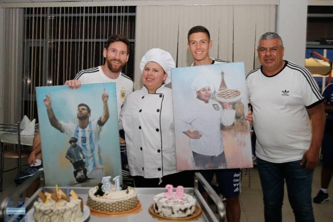 Messi comemorou com bolo na concentração da Argentina