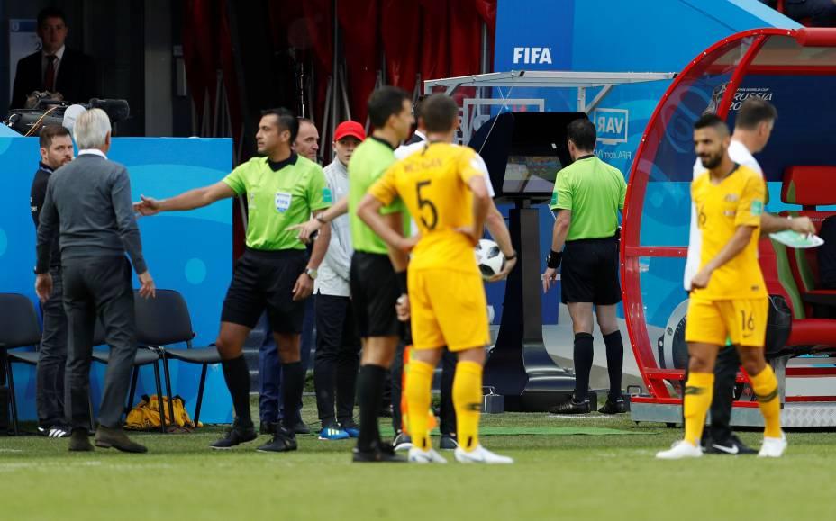 Árbitro uruguaio Andrés Cunha consulta o vídeo em partida da França contra a Austrália
