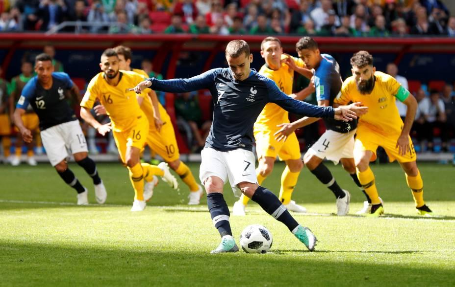 O atacante francês Antoine Griezmann marca de pênalti na vitória sobre a Austrália