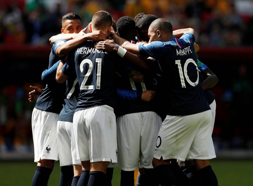 Jogadores franceses comemoram primeiro gol contra a Austrália, em Kazan
