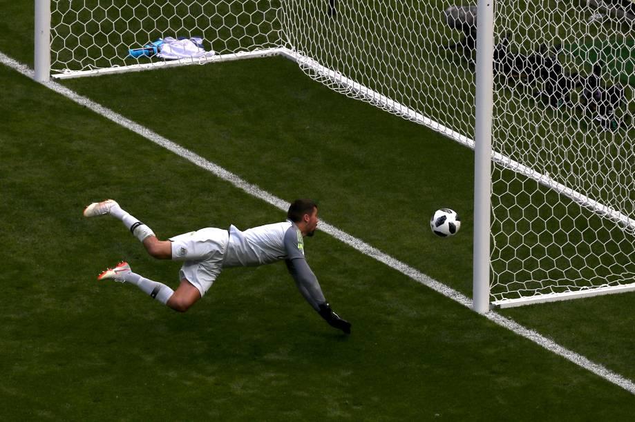 O goleiro Mathew Ryan, da Austrália, observa a bola entrar no gol após chute do francês Paul Pogba