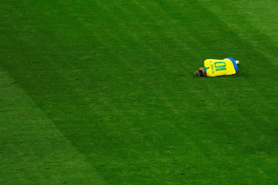 Neymar é visto caído após receber falta, durante partida entre Brasil e Suíça, na Arena Rostov - 17/06/2018