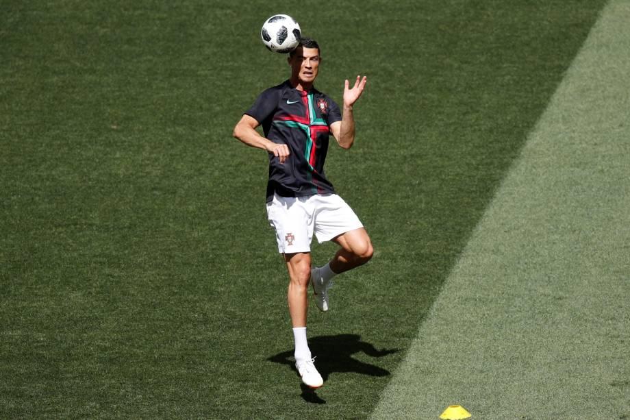 O atacante português Cristiano Ronaldo faz aquecimento antes da partida contra o Marrocos em Moscou