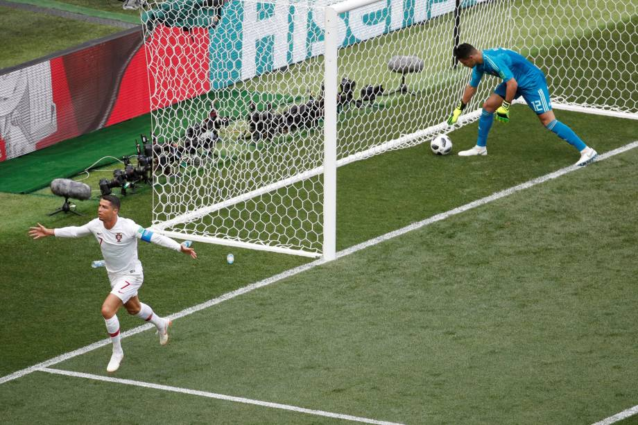 Cristiano Ronaldo abre o placar para Portugal na partida contra o Marrocos no estádio Luzhniki em Moscou