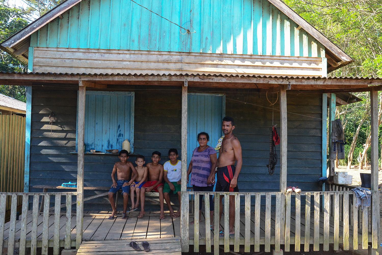 João Batista Ferreira e sua família na reserva Chico Mendes; 'Tem mês que não entra nada pra gente', diz ele