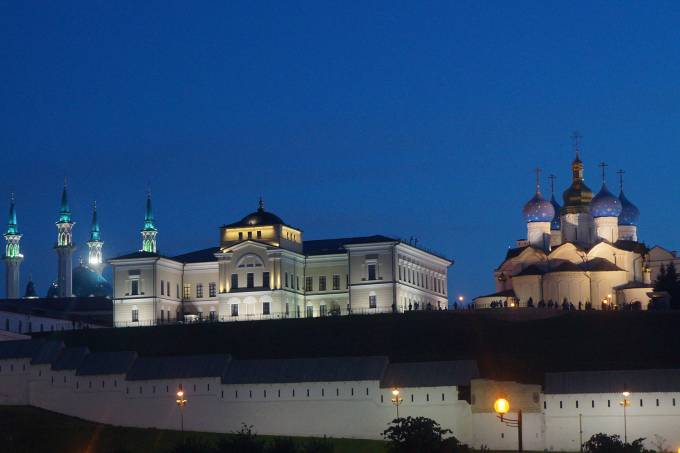 Em meio ao Kremlin de Kazan, o islamismo de uma mesquista e o cristianismo de uma igreja ortodoxa coexistem