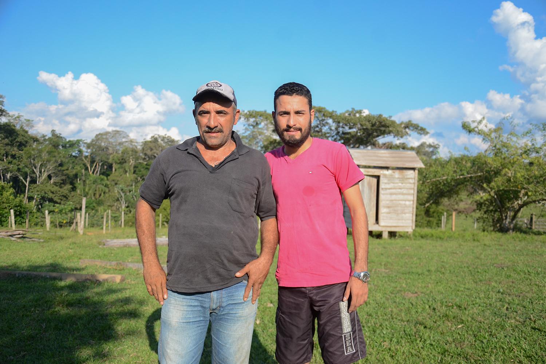 Carlos Celso Ferreira e seu filho, conhecido como Cadu; 'Não tem como sobreviver dentro da Reserva Extrativista Chico Mendes sem ter o gado', diz o rapaz