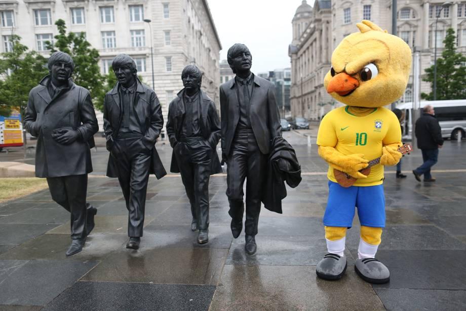 Canarinho interage com estátuas da banda Beatles durante visita à Liverpool - 02/06/2018