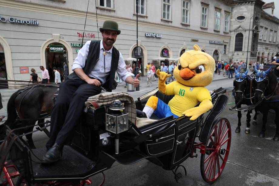 Canarinho pistola passeia pela cidade de Viena, Áustria - 09/06/2018