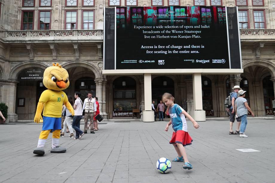 Canarinho pistola joga futebol durante visita a Viena - 09/06/2018