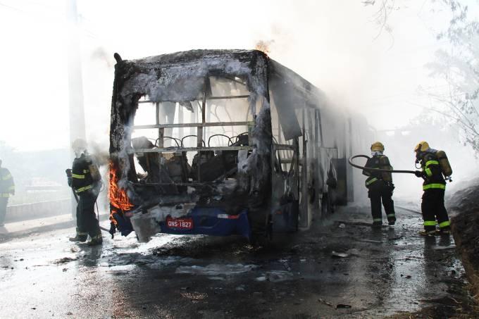 Ônibus são queimados em MG