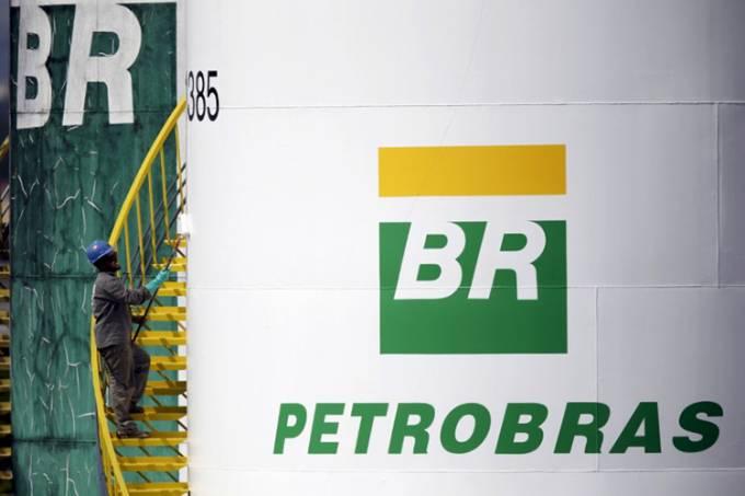 Logo da Petrobras é visto em tanque da companhia em Brasília