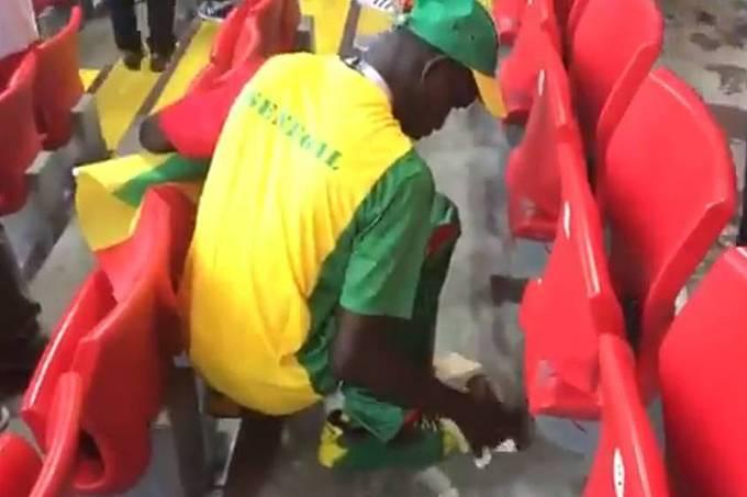 Torcedores do Senegal recolhem lixo no Estádio Spartak