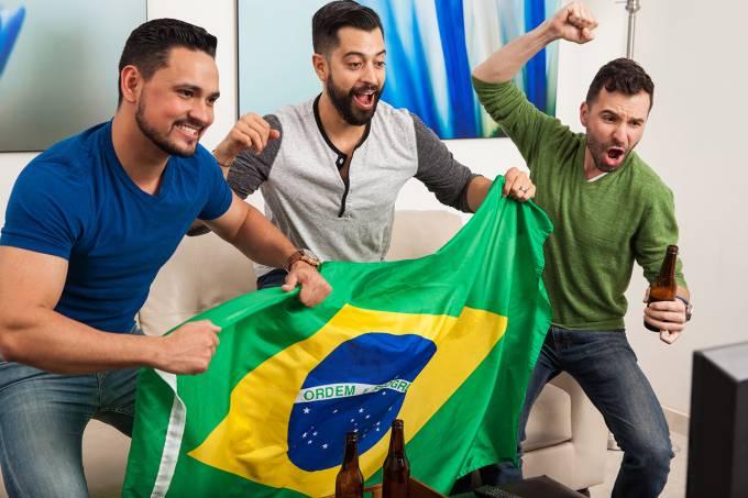 Grupo de amigos torcem pelo Brasil