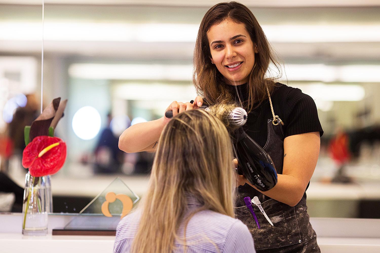 A cabeleireira do salão de beleza MG Hair, Regina França - 05/06/2018