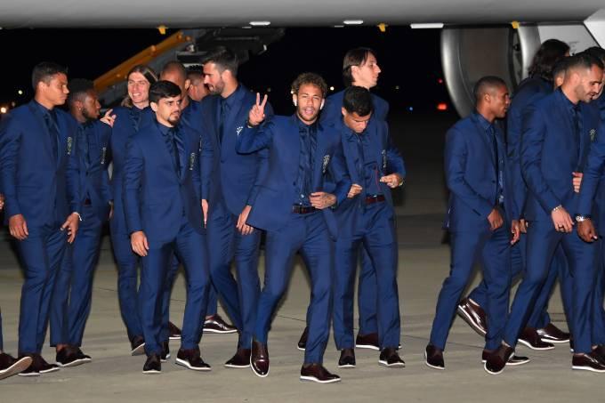 Seleção brasileira desembarca no aeroporto de Sochi, na Rússia