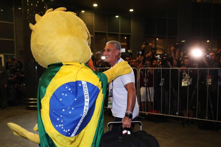 O técnico da Seleção Brasileira, Tite, cumprimenta o Canarinho Pistola, na chegada da delegação em Moscou - 25/06/2018