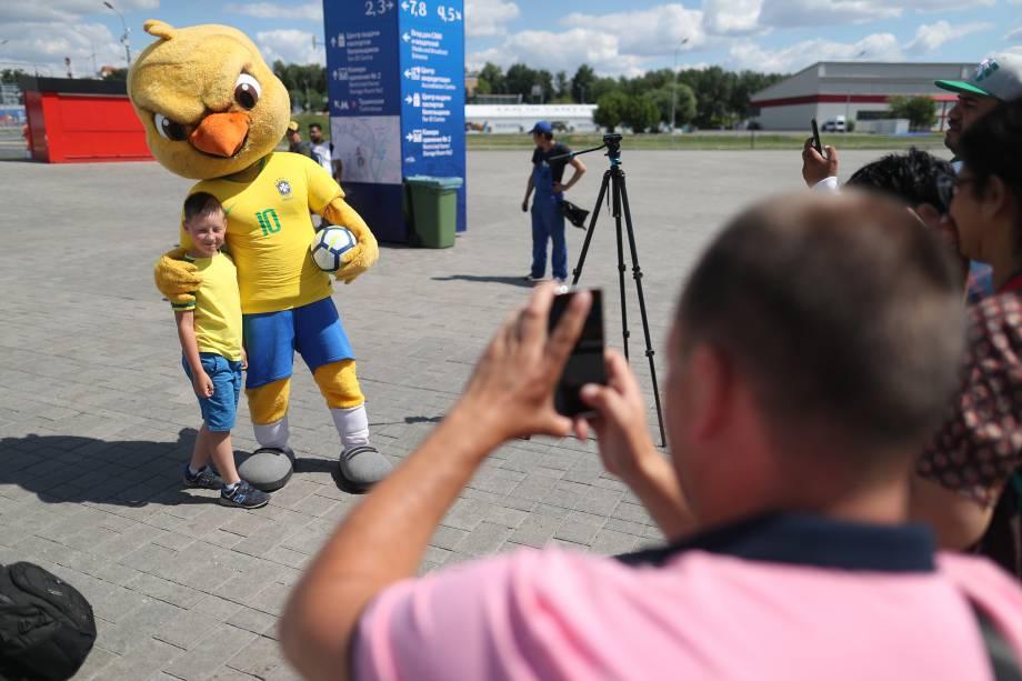 Canarinho Pistola posa para fotografia em frente à arena Spartak em Moscou antes da partida entre Brasil e Sérvia - 27/06/2018