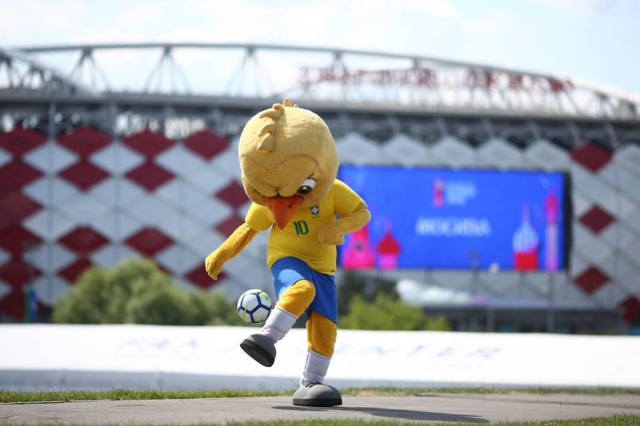 Canarinho Pistola é fotografado em frente à arena Spartak em Moscou antes da partida entre Brasil e Sérvia - 27/06/2018