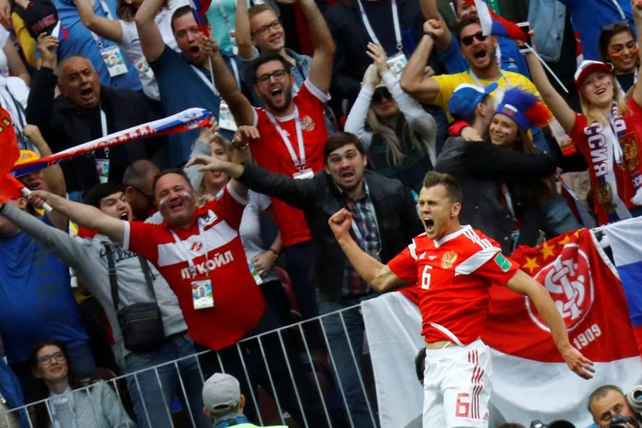 Denis Cheryshev, da Rússia, comemora ao lado da torcida, o gol marcado contra a Arábia Saudita na partida de estréia da Copa do Mundo 2018 - 14/06/2018