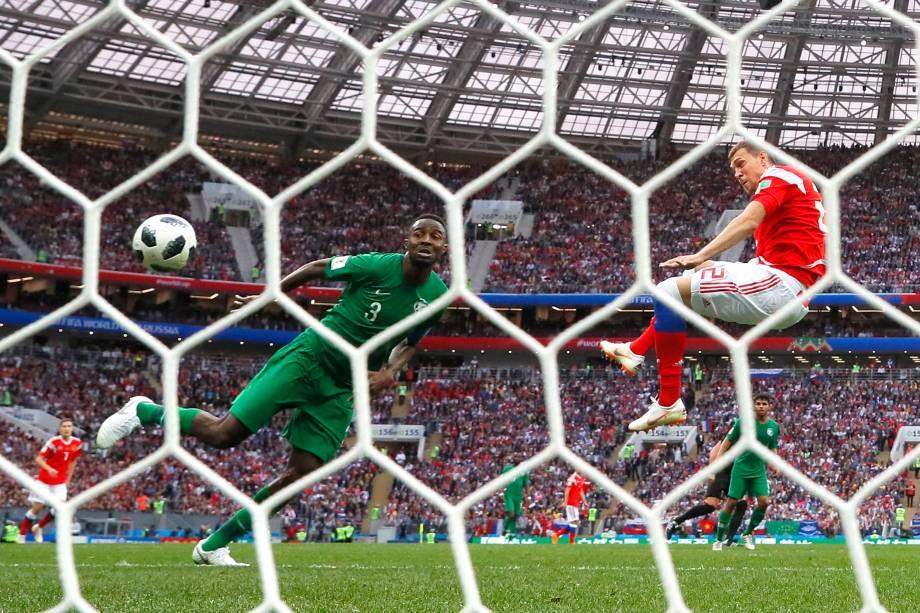 Artem Dzyuba marca o terceiro gol da Rússia na partida de estreia da Copa do Mundo 2018, contra a Arábia Saudita, em Moscou - 14/06/2018